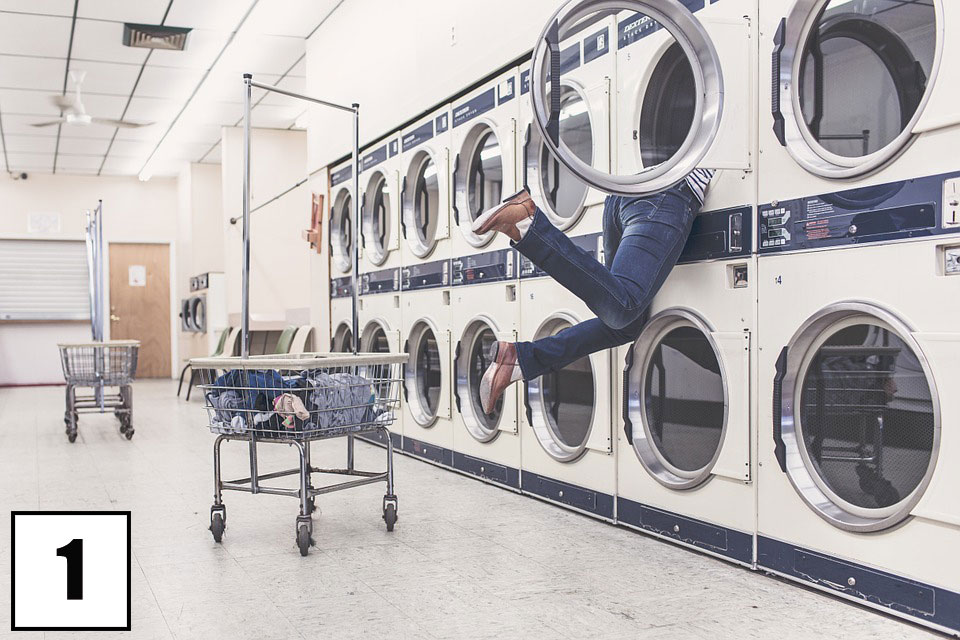 Serie di lavatrici vuote in lavanderia