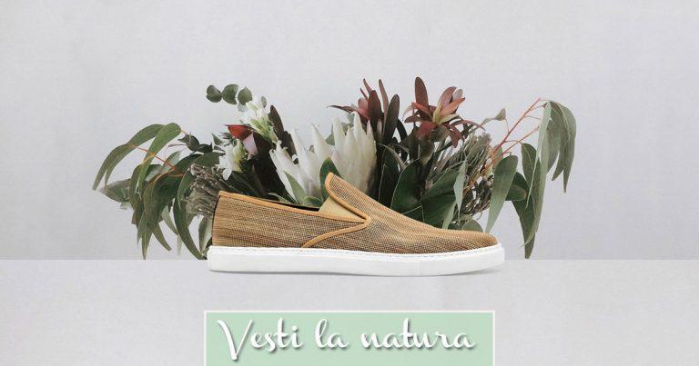 Un paio di scarpe ecologiche vicino a dei fiori