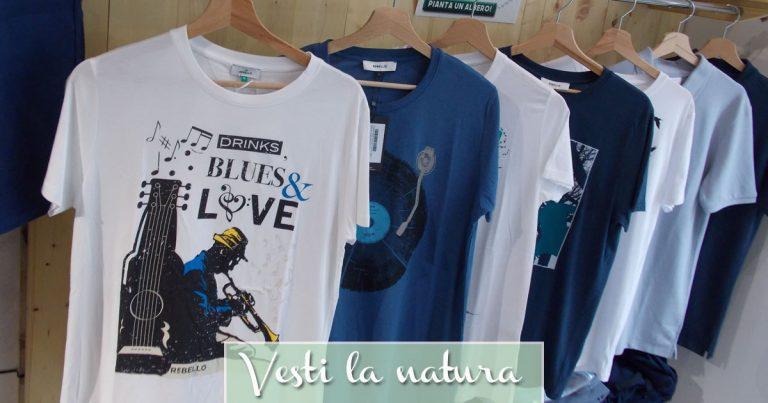 T-shirt ecologiche con stampe in un negozio