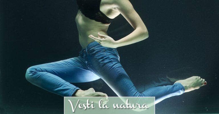 Donna immersa in acqua con jeans ecologici