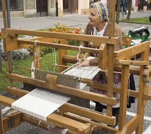 Donna lavora Lino a telaio
