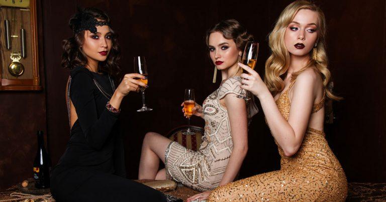 Tre donne indossano vestiti usati di lusso