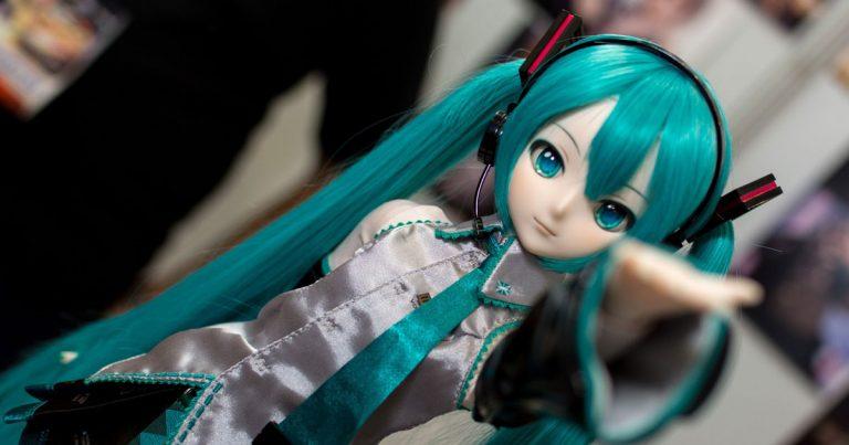 Bambola giocattolo in plastica con capelli verdi