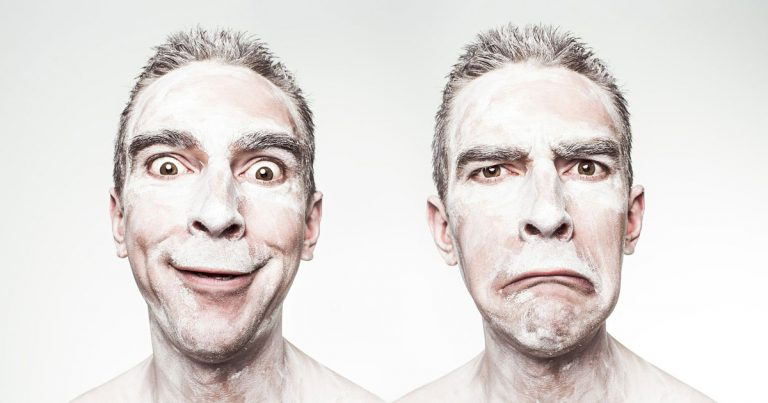 Uomo con due facce: una schifata e una sorridente