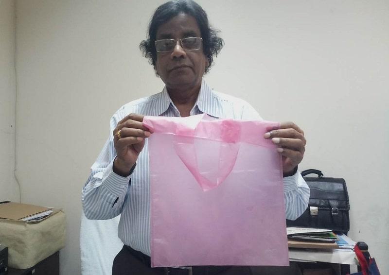 Mubarak Ahmad Khan è uno scienziato del Bangladesh che ha inventato i sacchetti monouso in juta